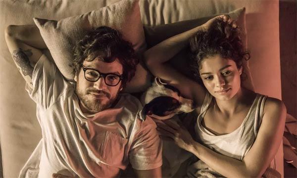 Foto de Maria Alice (Sophie Charlote) e Paulo (Emílio Dantas)